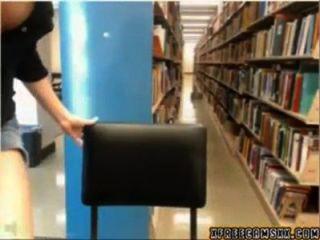 A menina da came da biblioteca começa travada
