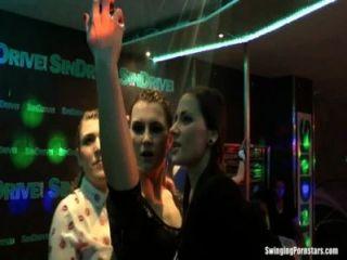 Meninas molhadas dançando erótica em um clube