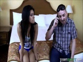 Petite latina teen recheado com enorme galo branco