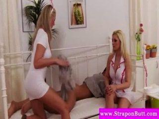 Strapon amando sluts apreciando threesome