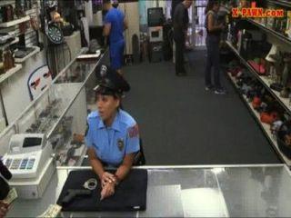 Polícia da ms com os boobs grandes obteve fodido com o homem do penhor