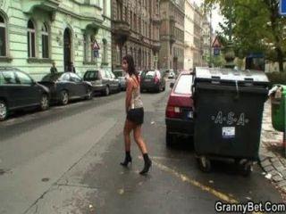 Jovem dude pega 60 anos de idade prostituta