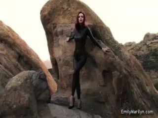 Modelo da fetiche de emily marilyn no catsuit do látex