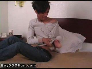 Filme gay do jogador de beisebol horny massagens seus ativos com o seu morcego,