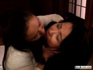 2 gordas mulheres maduras beijando chupando mamilos patting no chão na sala