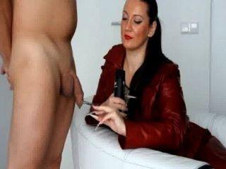 Kinkydomina vermelho casaco de couro handjob tease