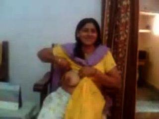 Vídeo de sexo indiano de uma tia indiana mostrando seus peitos grandes rawasex.com