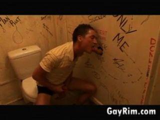 Gloryhole diversão no banheiro