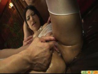 Linda garota na lingerie sexy amordaçando duas torneiras duras
