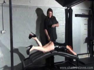 Palmada de minúscula escrava amadora em calabouço de couro fetiche e punição corporal