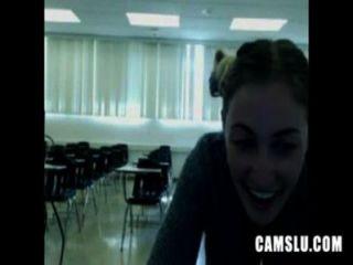 Oh não minha linda garota sexy masturbando em uma sala de aula é pego por camery