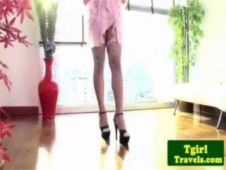 Shemale ao em meias esfrega seu galo