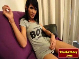 Busty tranny tailandês esfrega seu galo espesso