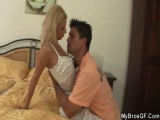 O marido captura a amiga de engano com amante