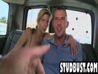 Magro e tan stud fica ass fucked em uma van