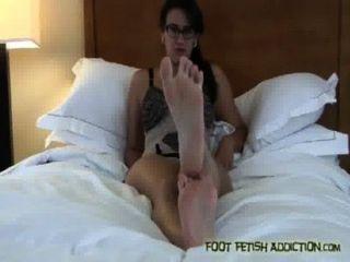 Chupar meus dedos do pé e adorar os meus pés, escravo!