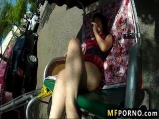 Babe horny se masturba em público inveja oxuanna 3
