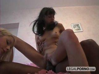 2 meninas sexy tendo um pau preto grande na buceta e ass sl 1 04