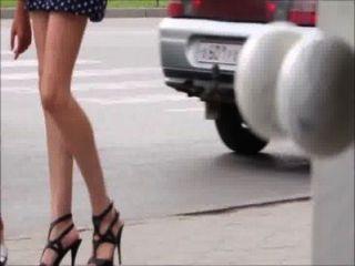 Meninas sexy andando pelas pernas da rua, burro e saltos