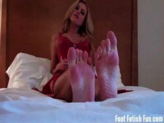Adorar meus pés e chupar meus dedos do pé
