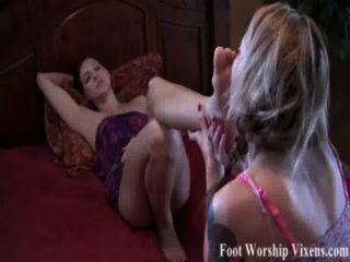 Sadie faz bella adorar seus pés cansados