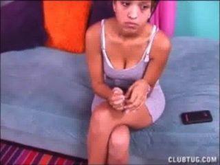 Cute teen latina dá um topless handjob