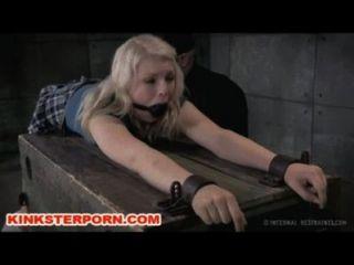 Bdsm slave ella nova bloqueado em correntes e atormentado