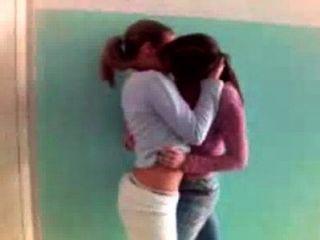 Lésbicas quentes se beijando em público 1