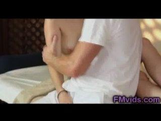 Menina bonito fodido pelo massagista