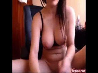 Garota tímida francesa espalha sua vagina de largura para seus admiradores