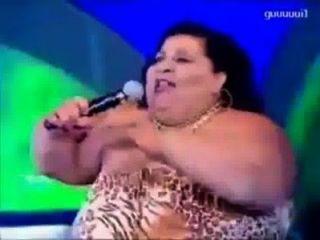 Senhora gorda dançando tão bem.