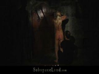 Slavegirls loira andou em coleira para dungeon para explorar