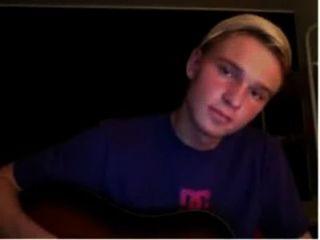 Dinamarquês menino praticando na guitarra e joga galo até que ele vem com seu orgasmo