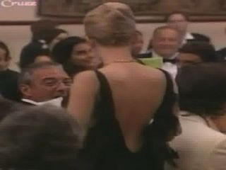 Scarlett johansson cai fora de seu vestido