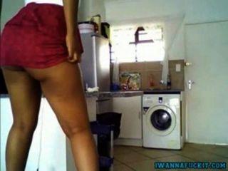 Menina sexy ebony com bunda suculenta provocando na cozinha