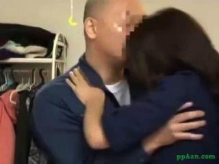 Menina asiática licked dando blowjob para o cara de manutenção na casa