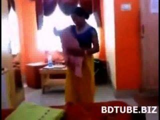 Bangladeshi bhabhi vídeo vestido de mudança capturado por seu devar