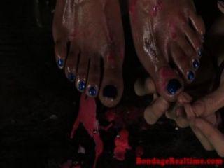 Bdsm sub nikki querida pés perfurados