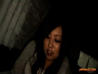 Busty teen recebendo seu bichano dedos tops esfregado por uma menina mais velha no carro