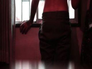 Modelo se desnuda y muestra la pinga