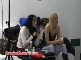 Meninas tchecas se divertindo nos bastidores