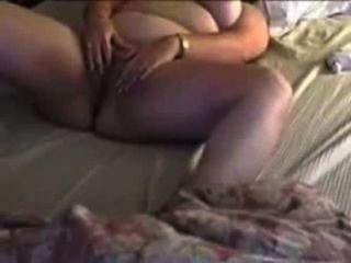 Sexy chubby cheating cums esposa com os dedos e brinquedos