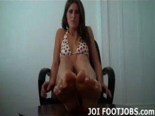 Deixe-me empurrar seu pau com meus pés oleosos quentes