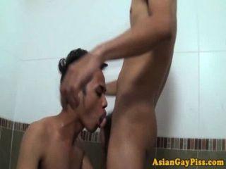 Piss fetiche asiáticos amam sexo anal em banheira