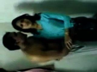 Menina indiana quente da faculdade que beija o escândalo dos mms com peon