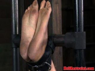 Castigo de bondage de suspensão sendo punido
