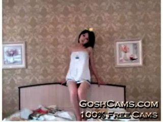 Real hentai asiático adolescente com traje agradável provocando e emocionante na cama e na cadeira