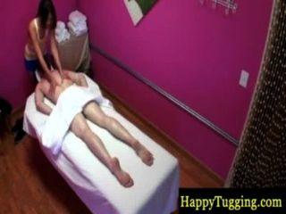 Massagista asiática recebendo seu cliente tesão