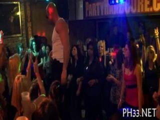 Muito sexo de grupo na pista de dança
