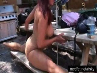Meninas nua posando em um clube nudista